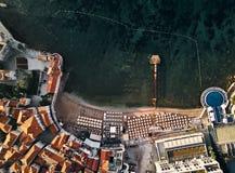 montenegro La vecchia città di Budva La vista dalla parte superiore Tetti arancio di vecchia città Spiaggia nel mare adriatico fotografia stock libera da diritti
