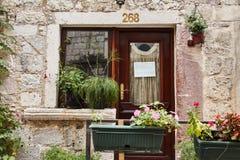 montenegro La ville de Kotor Rues de vieux Kotor entrée au magasin d'antiquités photographie stock libre de droits