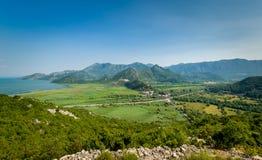 Montenegro landskap med den Virpazar staden, Skadar sjönationalparken och bergområdet Arkivfoto