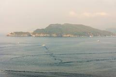 Montenegro: Nöjefartyg i fjärden av Budva Royaltyfria Bilder