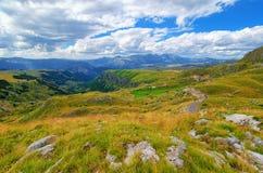Montenegro, nationaal park Durmitor, bergen en wolkenpanorama Zonlicht lanscape De reisachtergrond van de aard Royalty-vrije Stock Foto
