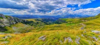 Montenegro, nationaal park Durmitor, bergen en wolkenpanorama Zonlicht lanscape De reisachtergrond van de aard Royalty-vrije Stock Fotografie