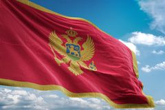 Montenegro nationale vlag die blauwe hemel realistische 3d illustratie golven als achtergrond stock illustratie