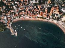 Montenegro Orange tak av den gamla staden övre sikt adriatic hav tid för fjärdkotormontenegro morgon royaltyfri fotografi