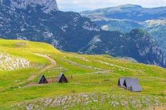 Montenegro, park narodowy Durmitor, domy, góry i chmury panorama, Światła słonecznego lanscape Natury podróży tło Obrazy Stock
