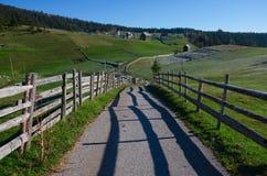 montenegro Parque nacional Durmitor Pueblo con el camino y la cerca vieja Fotografía de archivo