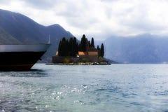 Montenegro, Perast, a ilha na baía imagem de stock royalty free