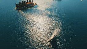 Montenegro, PerastFlying over het eiland van Sveti Dorde bij het overzees Luchthommellengte stock footage