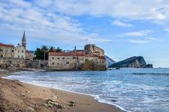 montenegro Playa de Budva cerca de la pared y de la fortaleza viejas de la ciudad en winte Imágenes de archivo libres de regalías