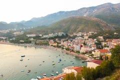 Montenegro, Rafailovici Opinião do por do sol na praia do mar Fotografia de Stock