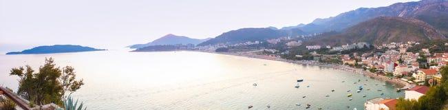 Montenegro, Rafailovici Opinião do por do sol na praia do mar Fotos de Stock