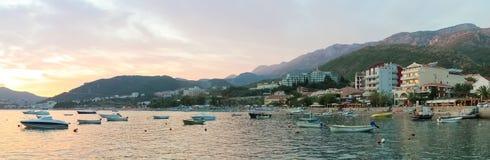 Montenegro, Rafailovici Opinião do por do sol na praia do mar Imagens de Stock