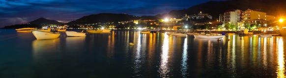 Montenegro, Rafailovici Opinião do por do sol na praia do mar Fotos de Stock Royalty Free