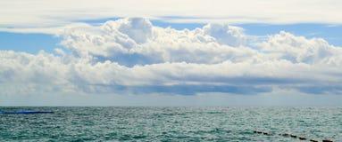 montenegro schöne Seeansicht Das azurblaue Meer und die weißen Wolken über dem Meer Horizontaler Panoramablick Stockbild