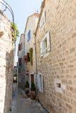 Montenegro: Schmale Straße von altem Budva Lizenzfreie Stockbilder