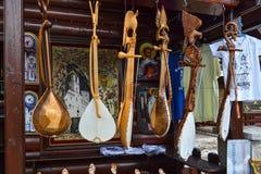 montenegro 18. September 2017 Shop mit Volksmusikinstrumenten - gusle Aufgereihtes Saiteninstrument mit dem Bild des Ani Stockfotografie