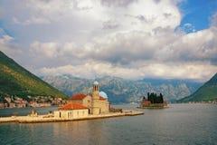 Montenegro Sikt av fjärden av Kotor och två holmar av kusten av den Perast staden Royaltyfria Foton