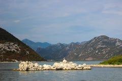 Montenegro skadar lake Ö i laken arkivbild