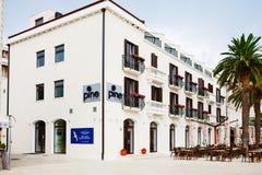 Montenegro Tivat, Sierpień, - 06, 2015: Hotelowa sosna lokalizują w Tivat miasteczku blisko luksusowego jachtu marina Porto Monte Obraz Stock