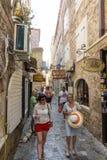 Montenegro: Touristen auf der Straße von altem Budva Lizenzfreie Stockfotografie