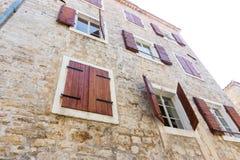 Montenegro: Träslutare på en stenvägg av huset i den gamla Budvaen Arkivfoton