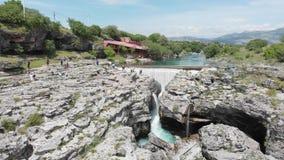 Montenegro, Turkooise schone duidelijke riviercijevna dichtbij podgorica bij niagara valt vloeiend door mooi groen rotsachtig aar stock videobeelden