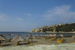 montenegro Ulcinj Ésta es una vista de la ciudad vieja con la playa de la ciudad Foto de archivo libre de regalías