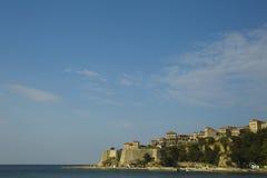 montenegro Ulcinj Ésta es una vista de la ciudad vieja con la playa de la ciudad Fotografía de archivo