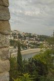 montenegro Ulcinj Oude Stad Mening bij het kleine strand met een vestingwerkmuur Stock Foto's