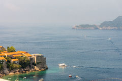Montenegro: Vergnügungsdampfer in der Bucht von Petrovac und von Budva Stockfotografie