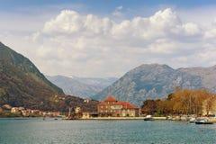 montenegro Vista de la bahía de Kotor cerca del pueblo de Dobrota fotos de archivo