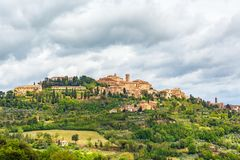 Montepulciano ένα ιταλικό χωριό σε έναν λόφο στοκ εικόνες