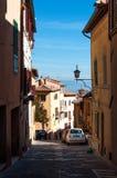 MONTEPULCIANO, ΤΟΣΚΑΝΗ - 14 ΟΚΤΩΒΡΊΟΥ 2017: Παλαιά οδός Montepulciano με την άσπρη Φίατ 500 μια ηλιόλουστη ημέρα φθινοπώρου Στοκ φωτογραφίες με δικαίωμα ελεύθερης χρήσης