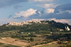Montepulciano com Saint Antimo da igreja Imagens de Stock