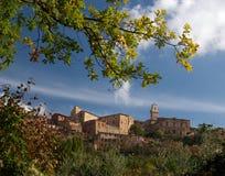 Montepulciano e fogliame di autunno, Italia fotografia stock libera da diritti