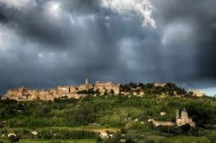 MONTEPULCIANO, TUSCANY/ITALY - 19 DE MAYO: Montepulciano debajo del stor Imágenes de archivo libres de regalías