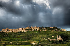 MONTEPULCIANO, TUSCANY/ITALY - 19. MAI: Montepulciano unter stor Lizenzfreie Stockbilder