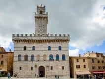 MONTEPULCIANO TUSCANY/ITALY - MAJ 17: Palazzo del Comune i Mo Royaltyfri Bild