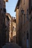 MONTEPULCIANO - TUSCANY/ITALY, O 29 DE OUTUBRO DE 2016: Rua estreita cativando da cidade velha de Montepulciano em Toscânia, Vald Fotografia de Stock