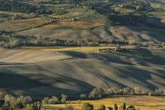 MONTEPULCIANO - TUSCANY/ITALY, O 29 DE OUTUBRO DE 2016: Uma grande opinião da paisagem idílico sobre o campo de Montepulciano, co Fotografia de Stock Royalty Free