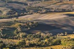 MONTEPULCIANO - TUSCANY/ITALY, O 29 DE OUTUBRO DE 2016: Uma grande opinião da paisagem idílico sobre o campo de Montepulciano, co Imagens de Stock Royalty Free
