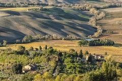 MONTEPULCIANO - TUSCANY/ITALY, O 29 DE OUTUBRO DE 2016: Uma grande opinião da paisagem idílico sobre o campo de Montepulciano, co Imagens de Stock