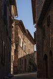 MONTEPULCIANO - TUSCANY/ITALY, 29 OKTOBER, 2016: Fascinerend smalle straat van oude Montepulciano-stad in Toscanië, Valdichiana - Royalty-vrije Stock Afbeeldingen