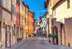 Montepulciano Włochy, Sierpień, - 25, 2013: Stara wąska ulica w centrum miasteczko z kolorowymi fasadami Fotografia Stock