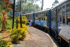 Monter à bord d'un train à une petite gare ferroviaire images libres de droits