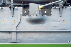Monter à bord du vieux croiseur blindé photographie stock libre de droits