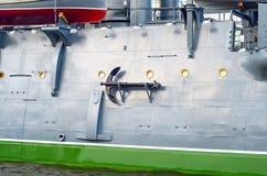 Monter à bord du vieux croiseur blindé image stock