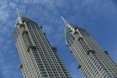 Monter deux de construction avec un ciel bleu clair Photo stock