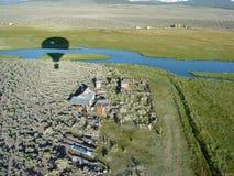 Monter en ballon au-dessus de la Chambre de ranch dans le mammouth Image libre de droits
