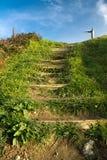 Monter sur les escaliers en bois à l'orientation de signe de carrefour Photos libres de droits